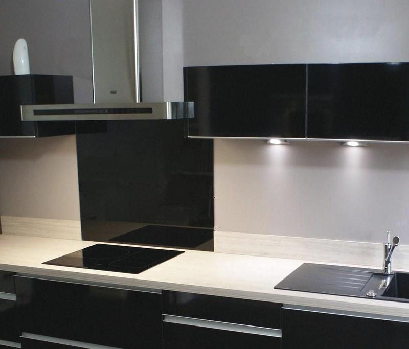 cr dence cuisine en verre noir id e pour cuisine. Black Bedroom Furniture Sets. Home Design Ideas