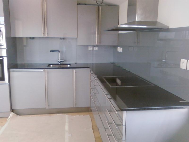 Cr dence cuisine en verre gris id e pour cuisine - Credence en verre pour cuisine ...