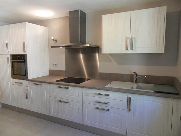 cuisine blanche credence alu id e pour cuisine. Black Bedroom Furniture Sets. Home Design Ideas